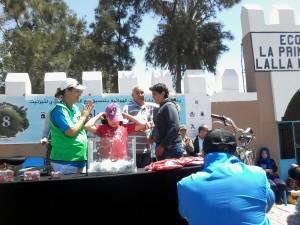 Remise d'un prix à l'un des tirés au sort à la tombola organisée à l'issue de la 5ème Vélo-parade de Tiznit